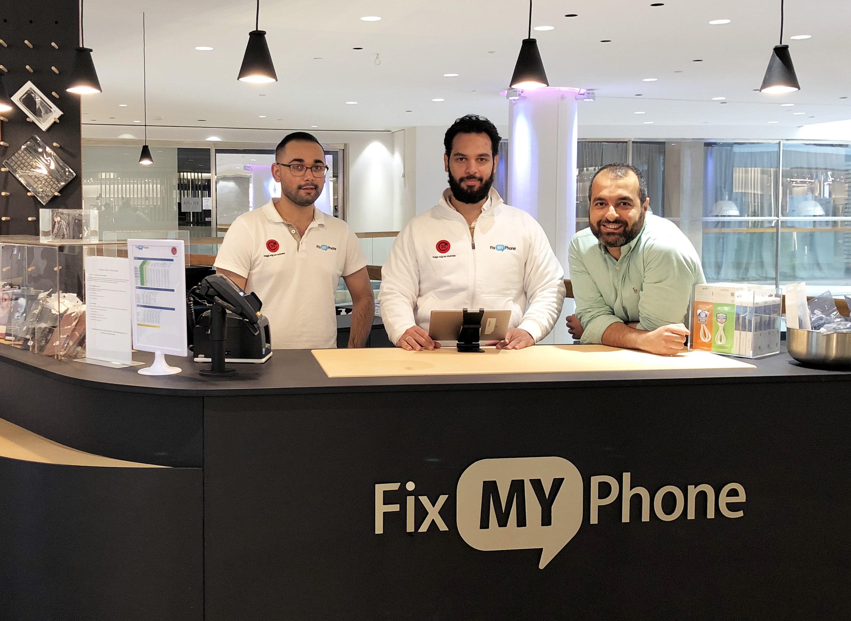 Nu har Fix My Phone anställt tre nyanlända flyktingar till servicebutikerna i Göteborg, efter att de lärt sig hantverket under en praktik.
