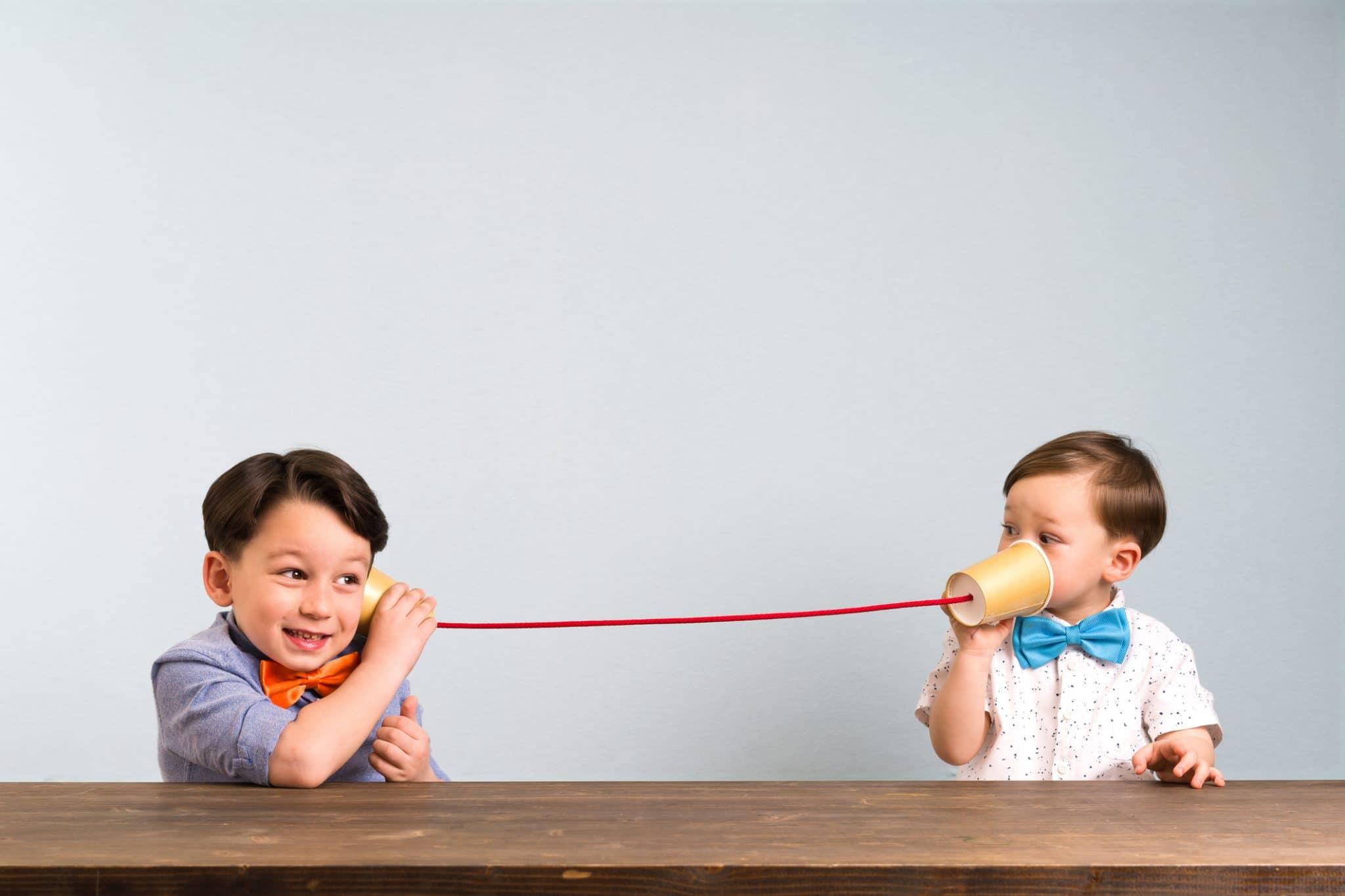 Två barn som gör baskommunikation och uppsökande kommunikation